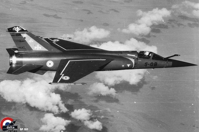 """En 1975 la """"5"""" monte en gamme avec le tout nouvel intercepteur de Dassault, le Mirage F1C. Elle sera la première à mettre en oeuvre la version F1C-200 ravitaillable en vol. En janvier 1980 un premier déploiement avec trois ravitaillements est réalisé à Djibouti. Ce Mirage F1C-200 du 2/5 pris en photo lors de cette opération est en lisse, configuration retenue par le chef de dispositif pour franchir les 5000 km entre Solenzara et le bord de la mer Rouge."""